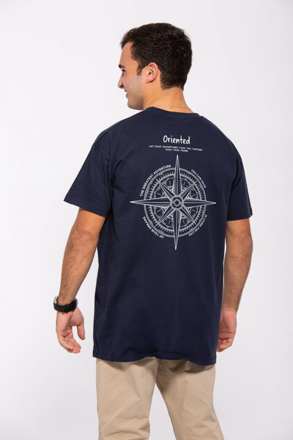 Modelo con camiseta con logotipo de brújula