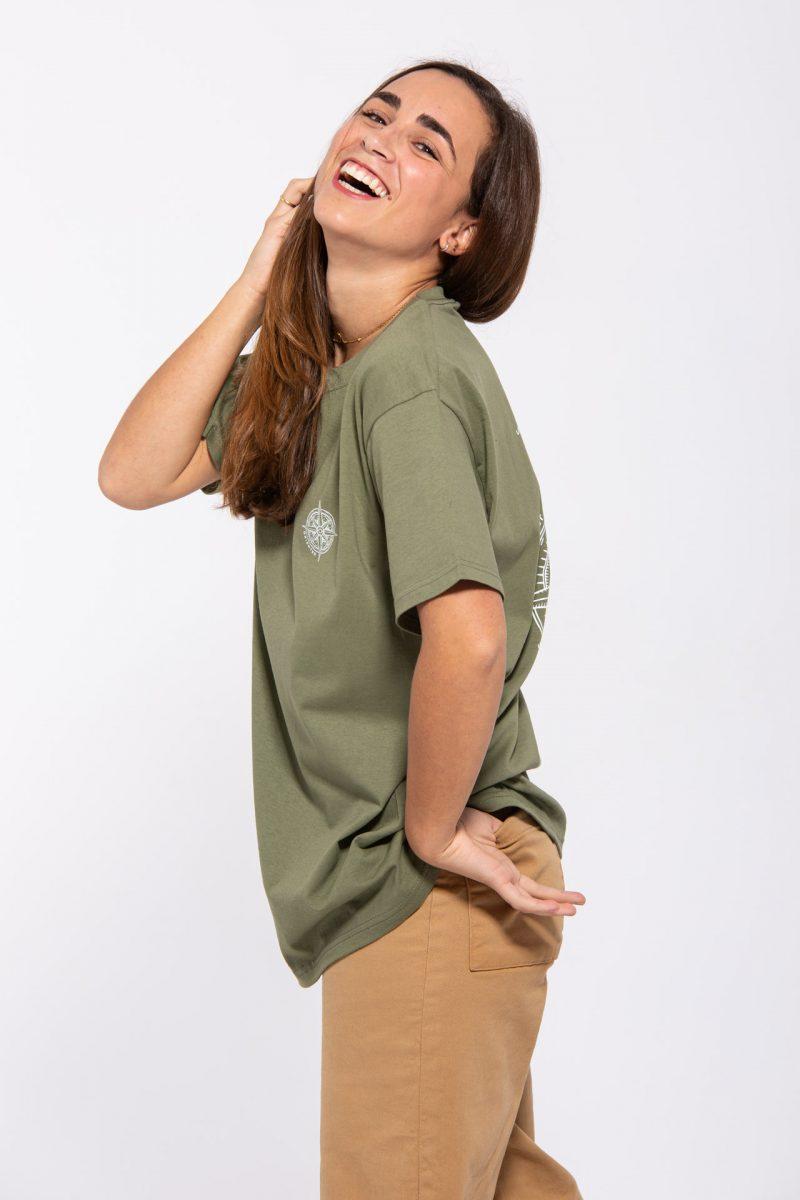 Chica modelo con camiseta color verdoso