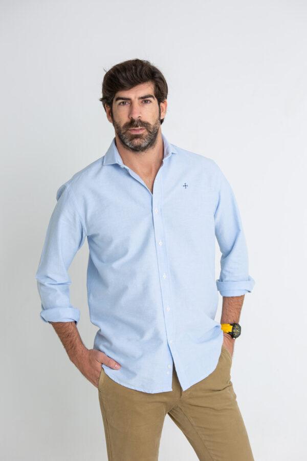 Modelo masculino con camisa de color azul celeste