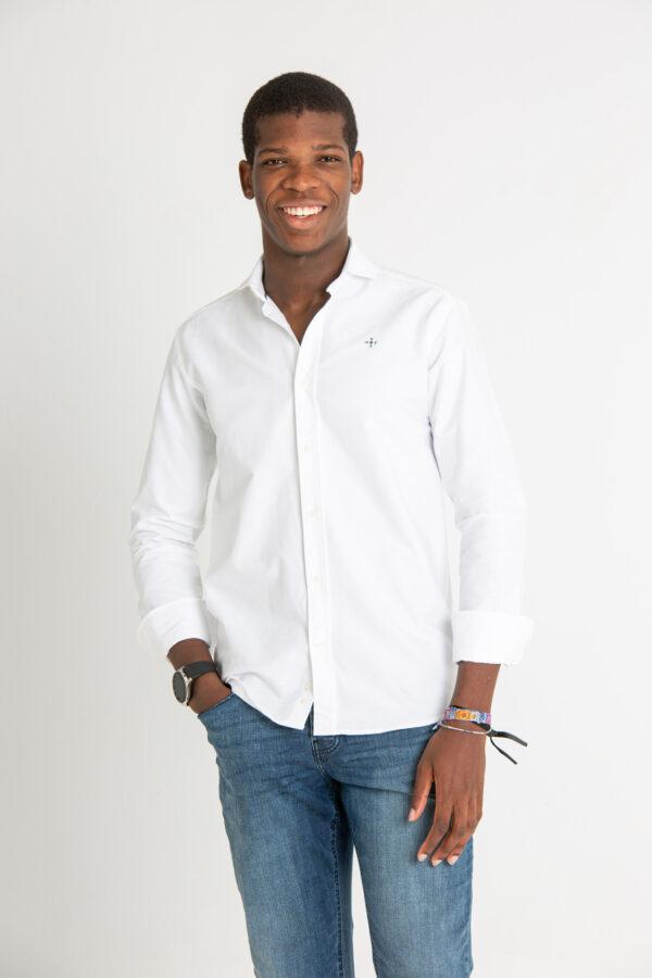 Modelo joven con camisa blanca