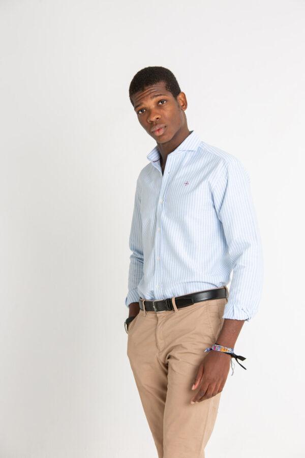 Modelo joven con camisa de rayas azules