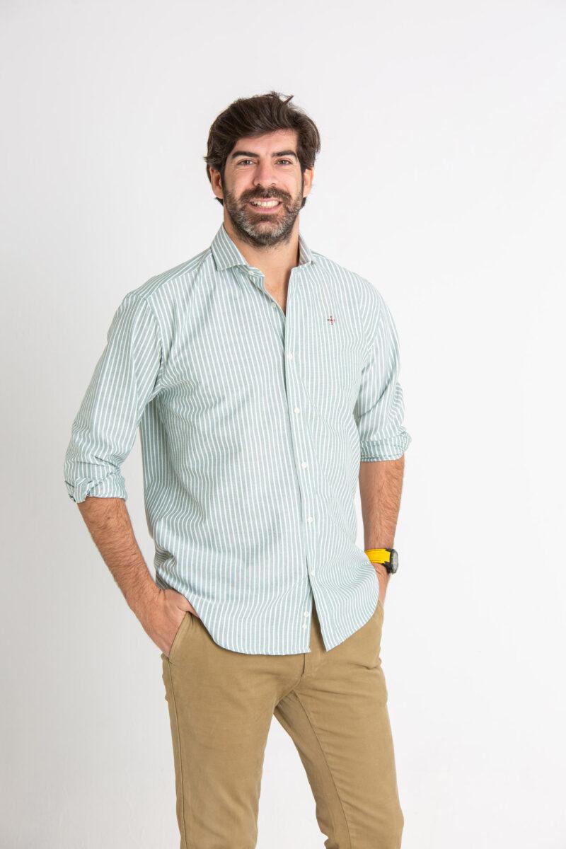 Modelo masculino con camisa de rayas verdes