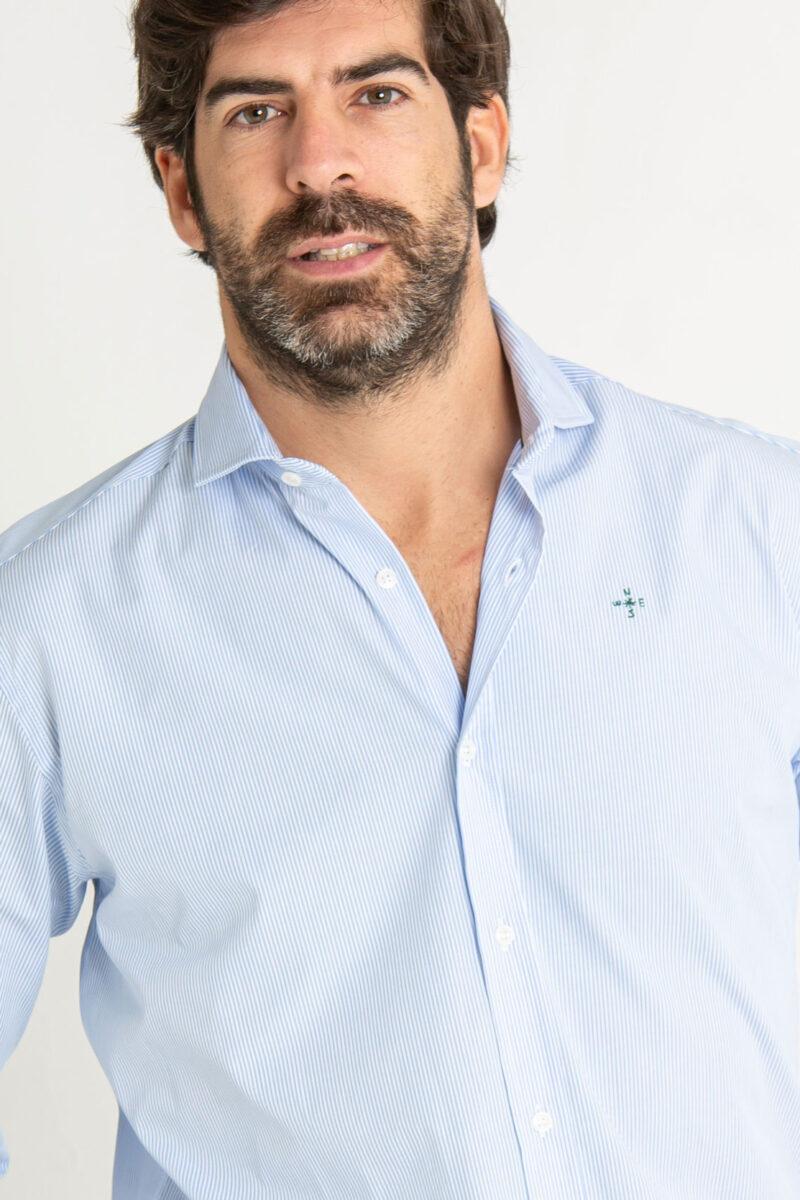 Modelo masculino con camisas de rayas azul celeste