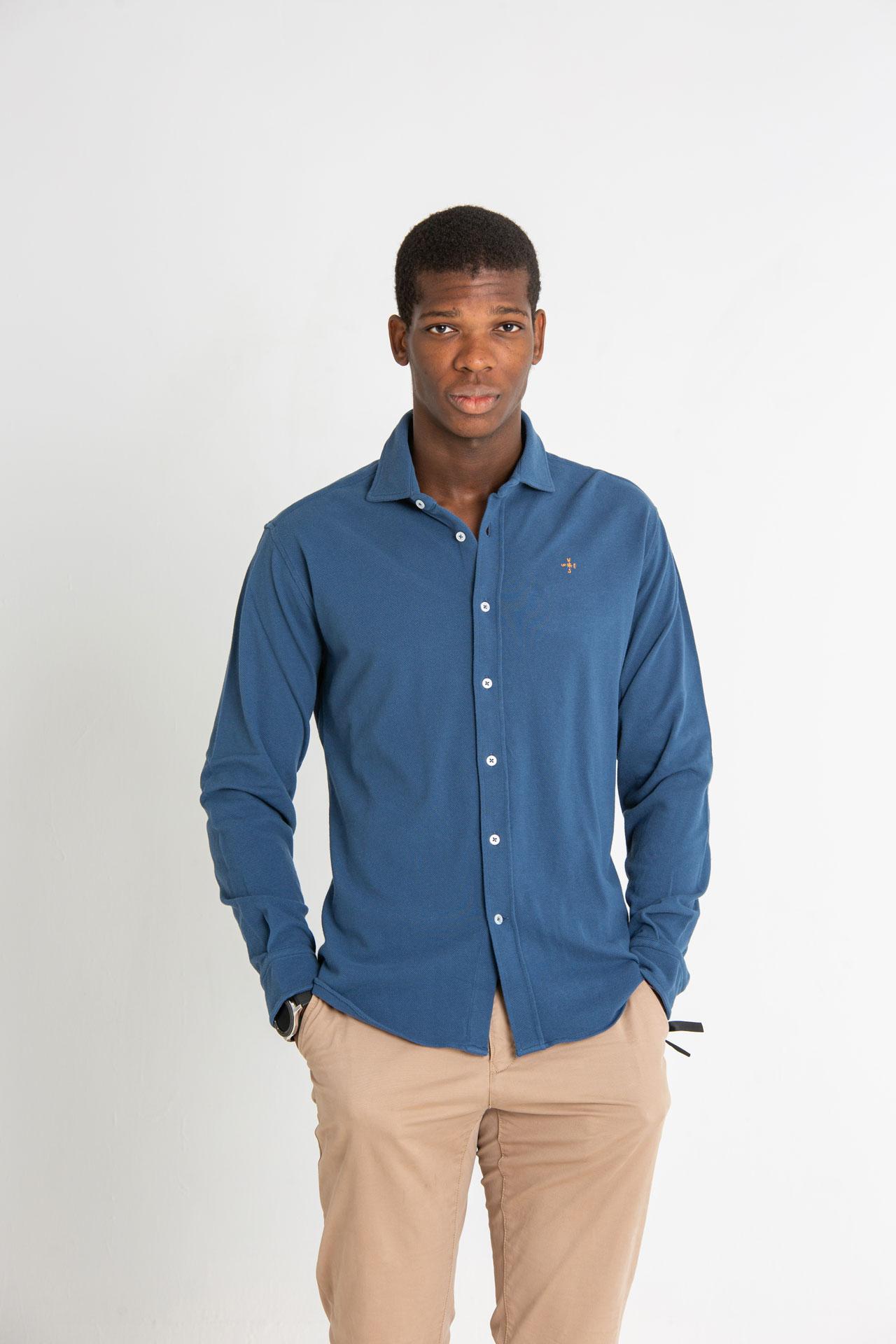 Modelo joven masculino con camisa de punto de color azul