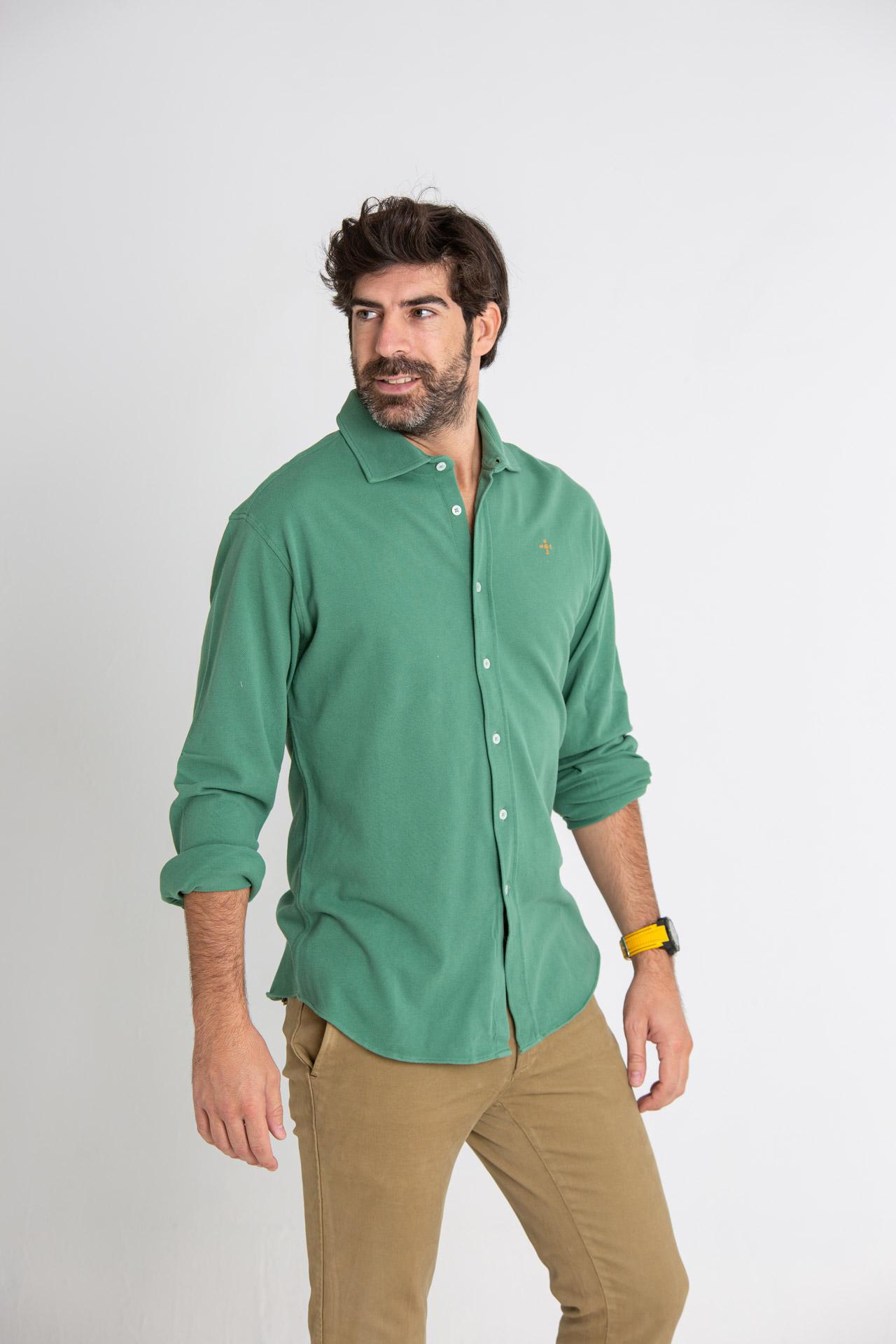 Modelo masculino con camisa de color verde oliva