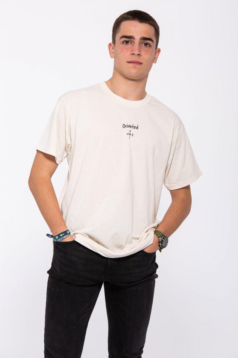 Chico con las manos en los bolsillos y camiseta clara