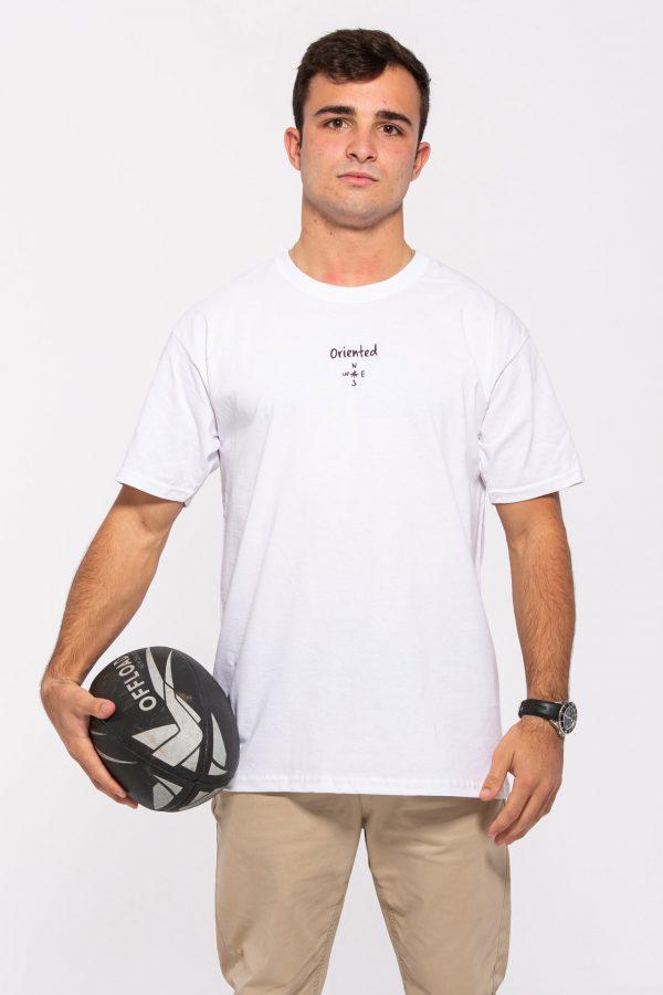 Chico con balón y camiseta blanca
