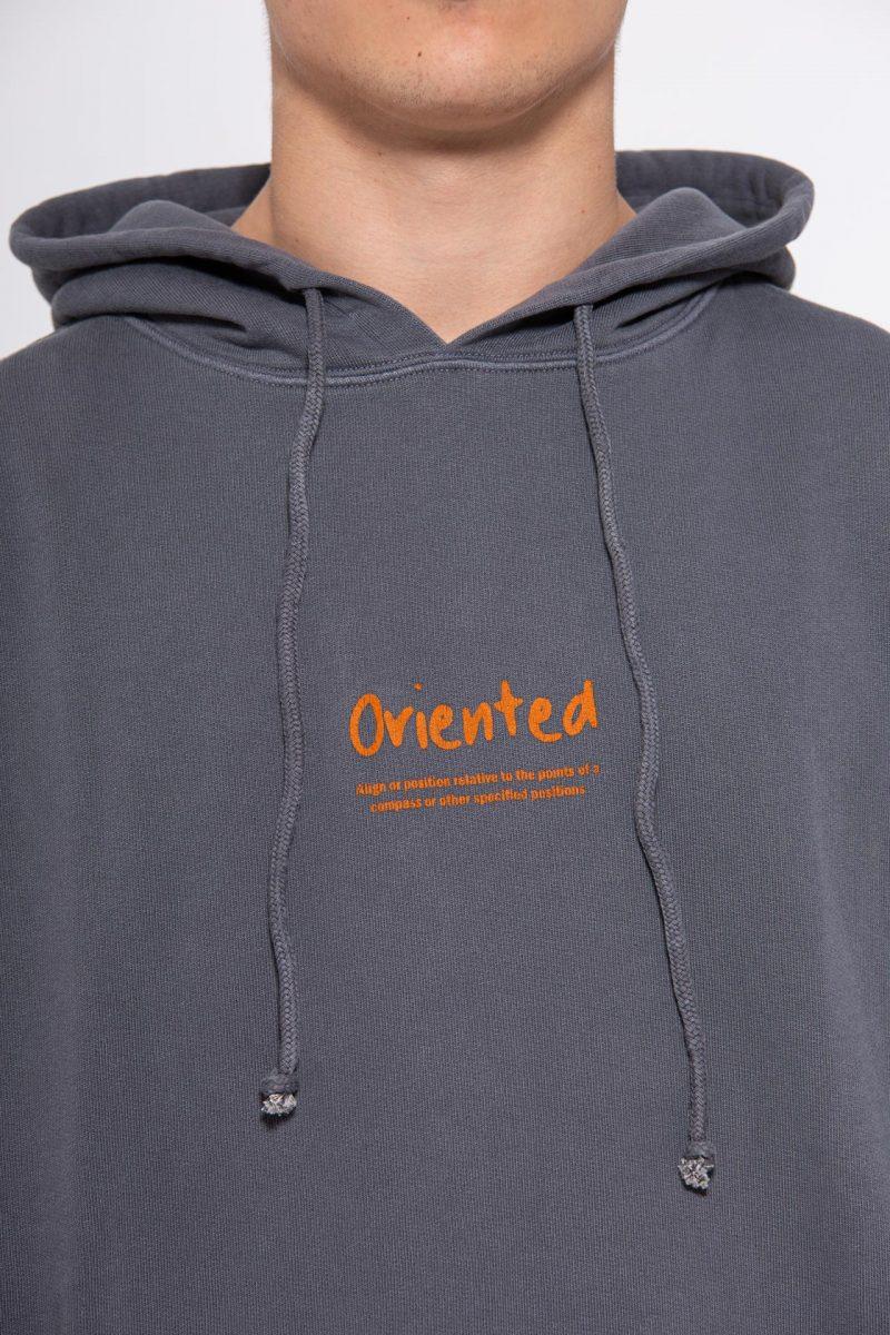 Sudadera gris con letras naranja