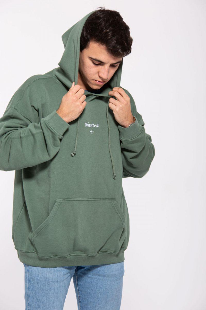 Chico con sudadera verde con capucha
