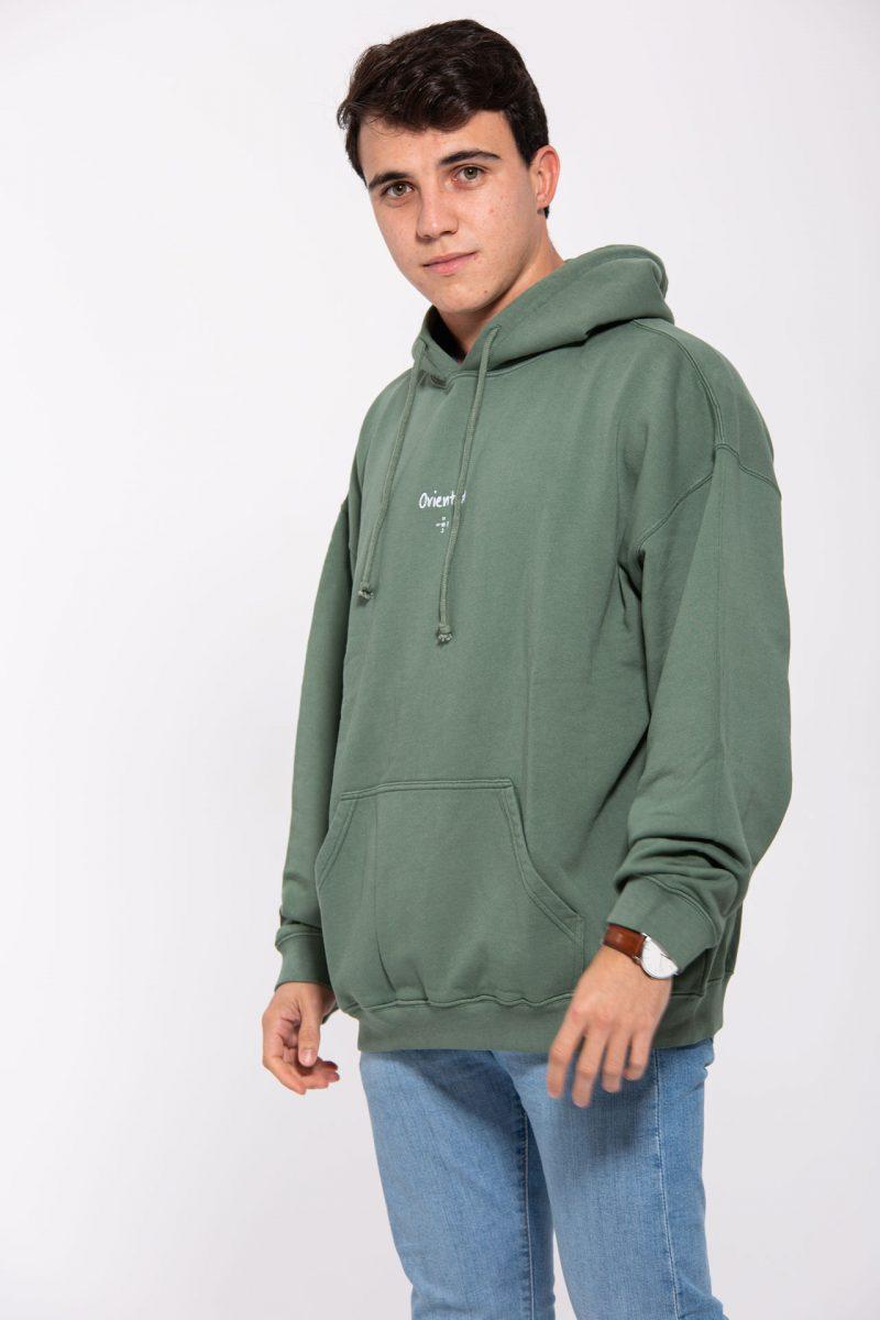 Modelo joven con sudadera verde y letras blancas