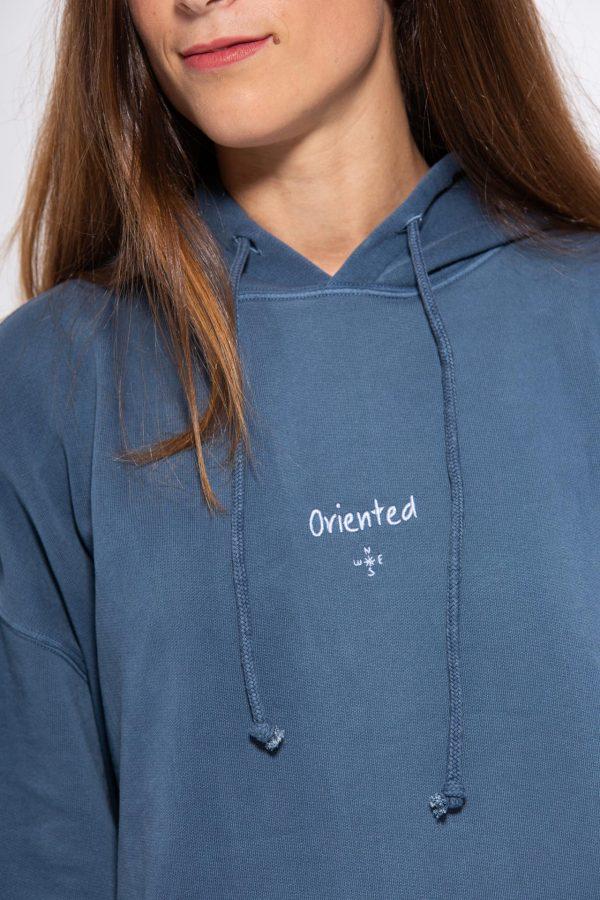 Logotipo de brújula en sudadera azul