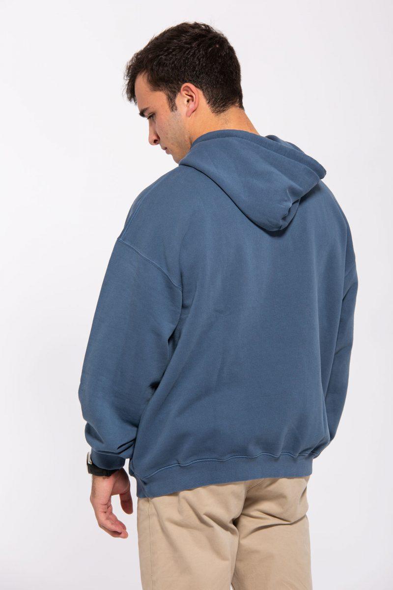Chico con sudadera azul de espaldas